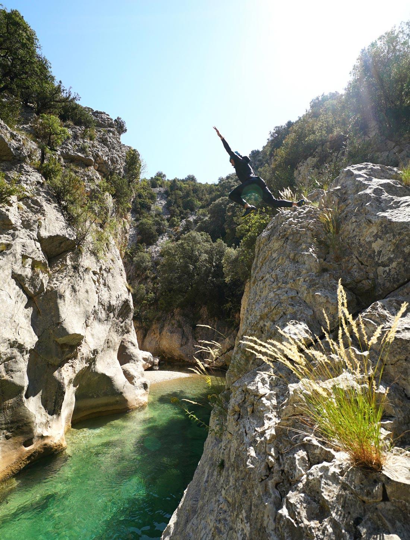 grand saut dans l'eau du haut d'un rocher