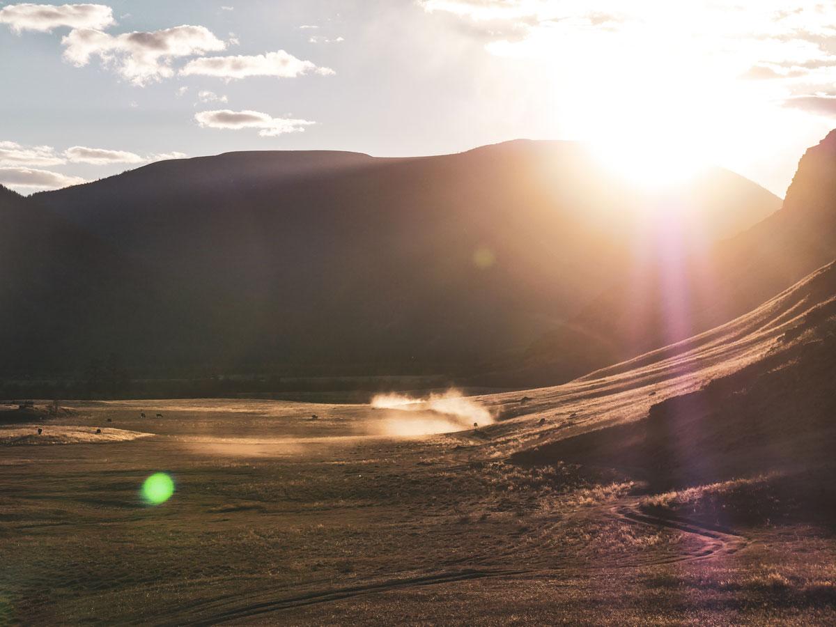 Couché de soleil sur les plaines de Mongolie