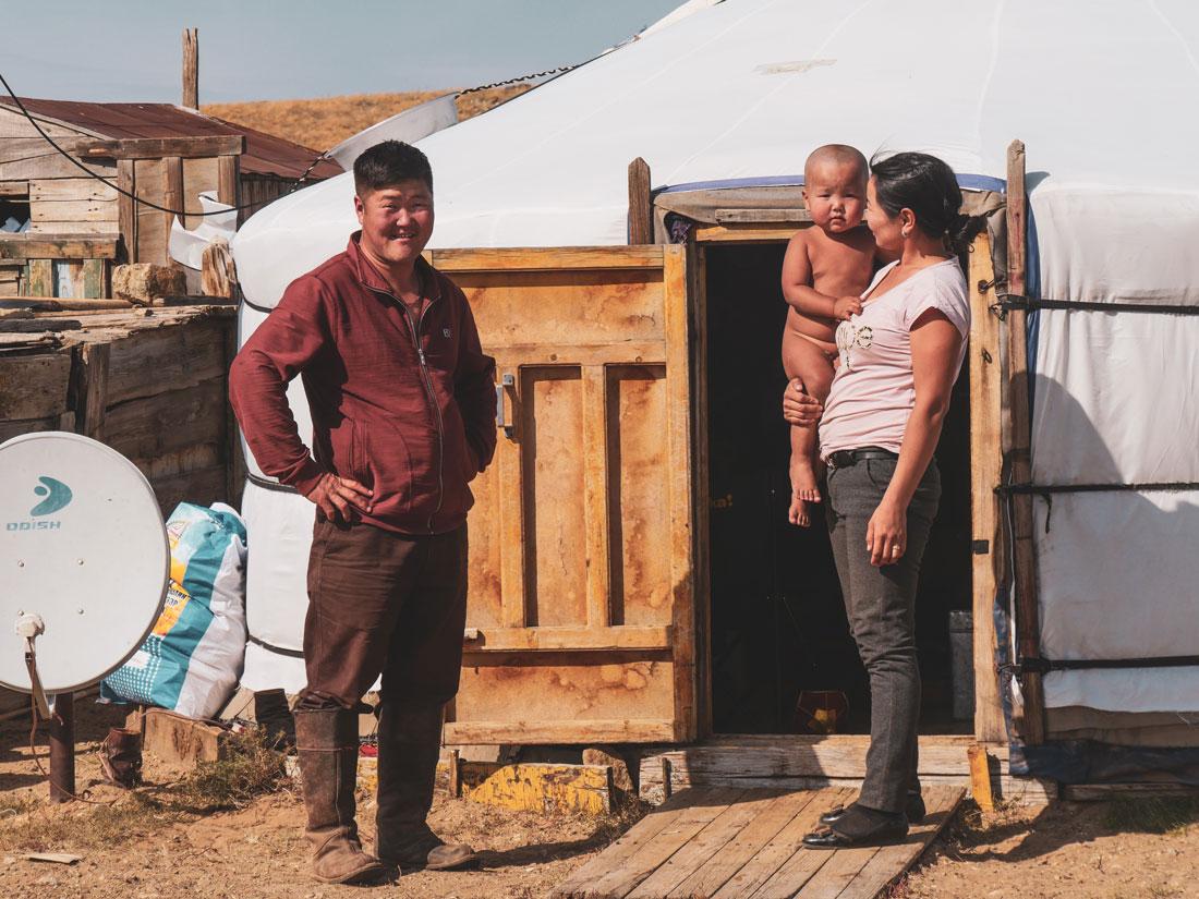 Famille nomade devant sa yourte