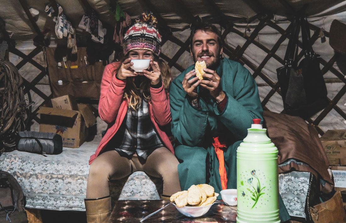 Repas du soir avec une famille nomade, plat traditionnel