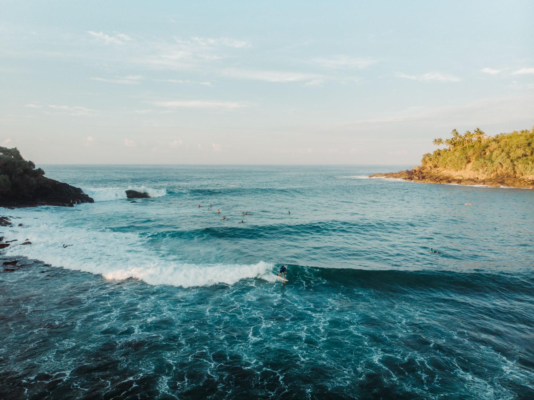 Un surfer au sri lanka