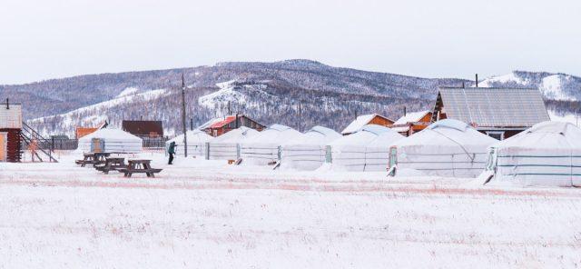 camp de yourte sous la neige