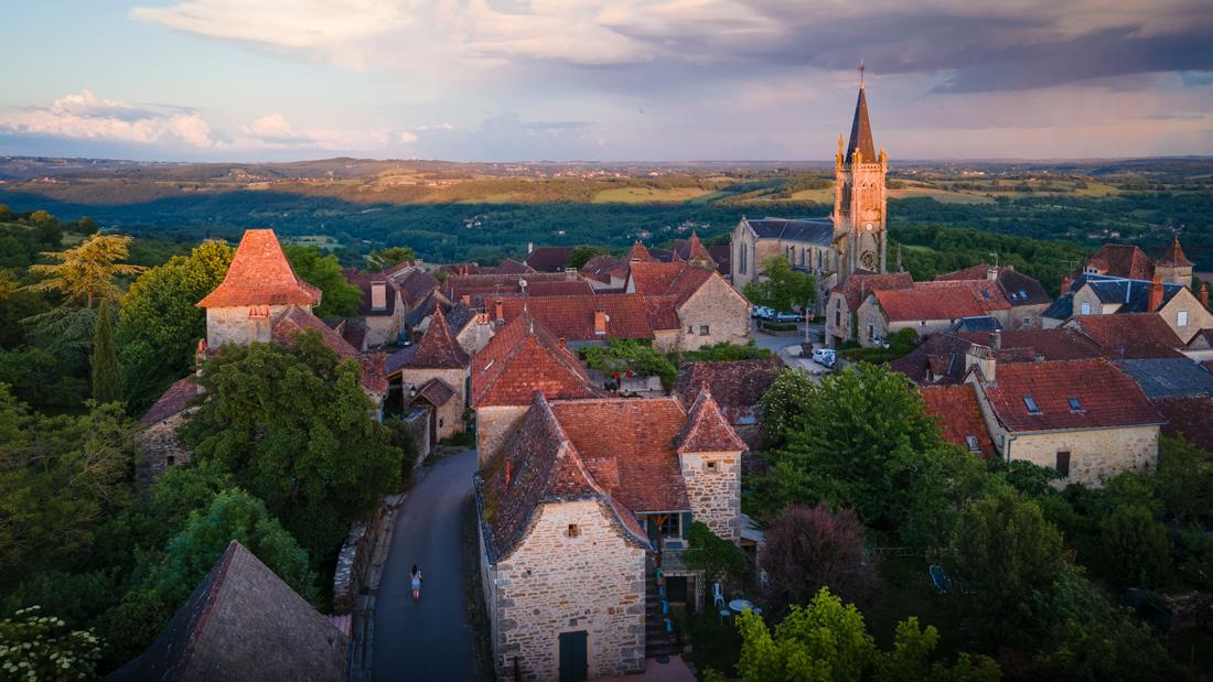 Le joli village de Faycelles au coucher du soleil