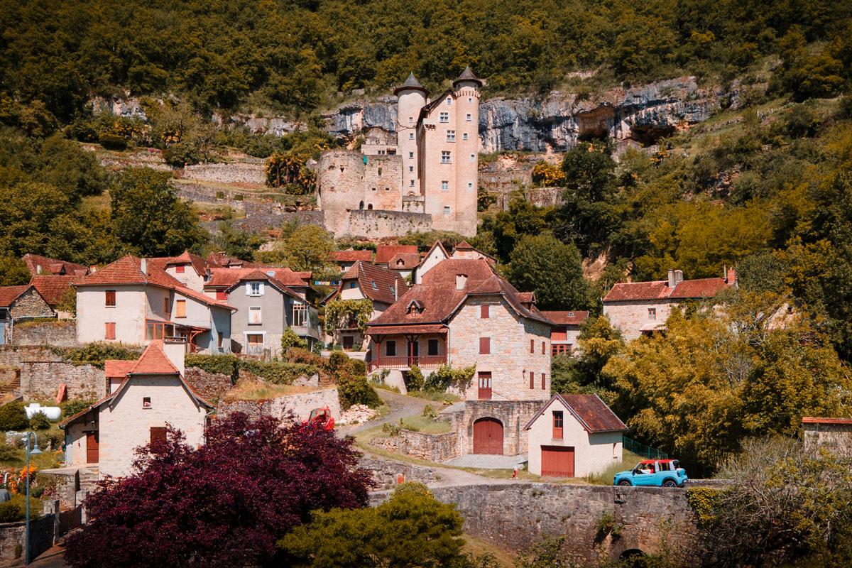 visite du village  de Laroque-Toirac en e-méhari