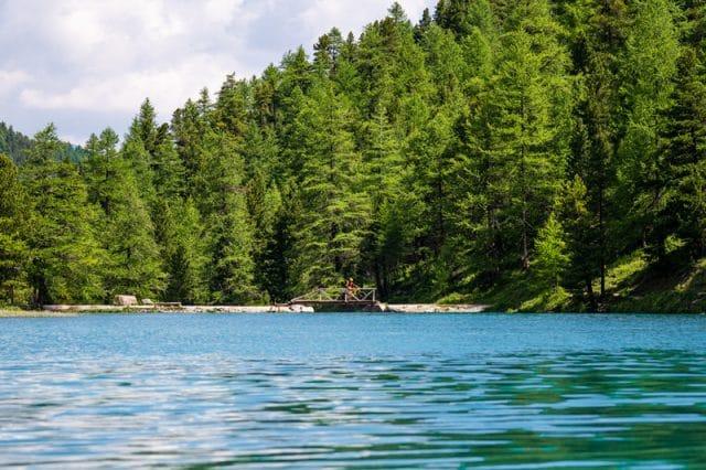 Hautes-Alpes : lac de l'Orceyrette dans la vallée de l'Izoard